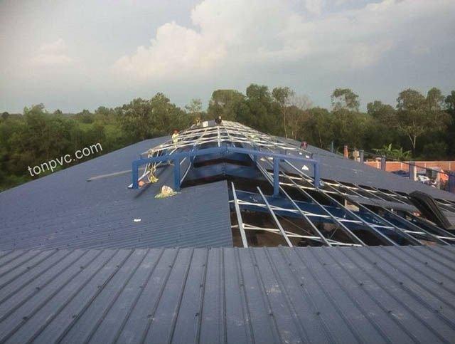Hình 04 : thi công lợp mái mới của Nhà Máy Phân Bón Ba Con Rồng, Long An - Tôn Nhựa ASA/PVC màu Xám Đen
