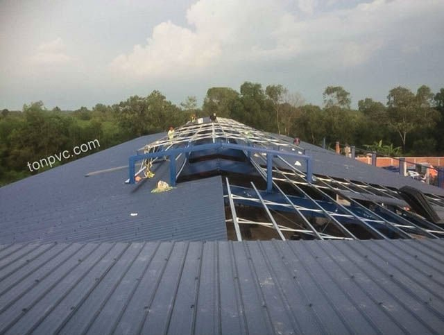 Hình 04 : thi công lợp mái mới của Nhà Máy Phân Bón Ba Con Rồng, Tôn Nhựa ASA/PVC màu Xám Đen