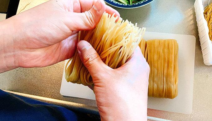 チョル麺(麺をほぐす)