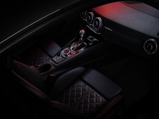 Interior TT Quantumgrau Edition 45 TFSI quattro S tronic Output: 180(245) kW(hp) Combined fuel consumption: 7.0 l/100 km (33.6 US mpg) Combined CO2 emissions in g/km: 161 (259.1 g/m)
