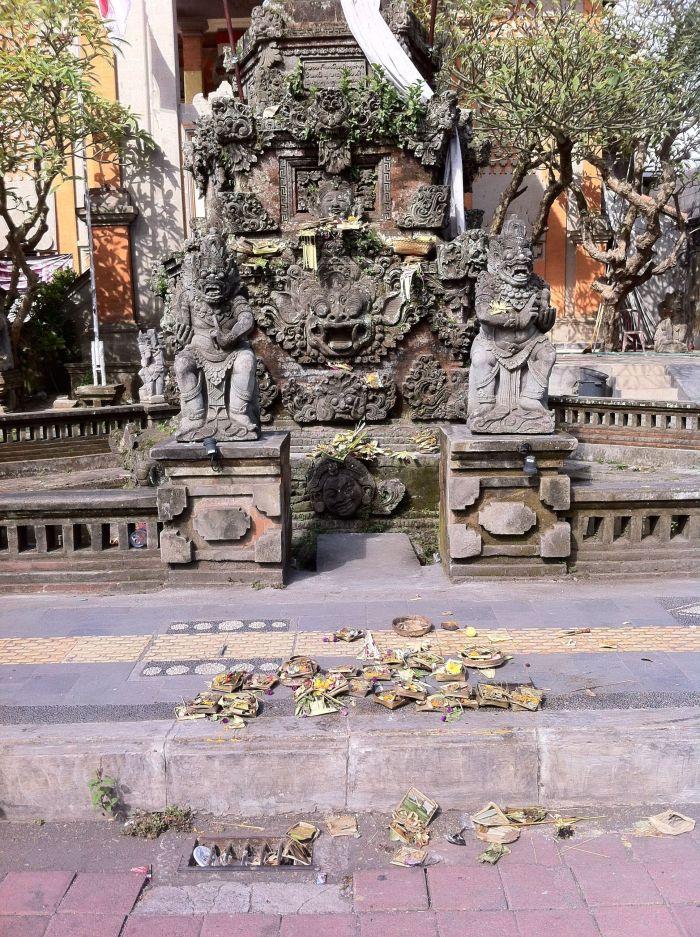 Ofrendas en la puerta de un templo