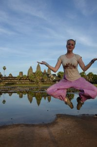 Roo-jumping-in-front-of-angkor-wat