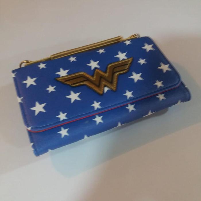 Billetera Larga Wonder Woman PT Wonder Woman DC Comics Logo Métalico en Fondo de Estrellas en Cuerina