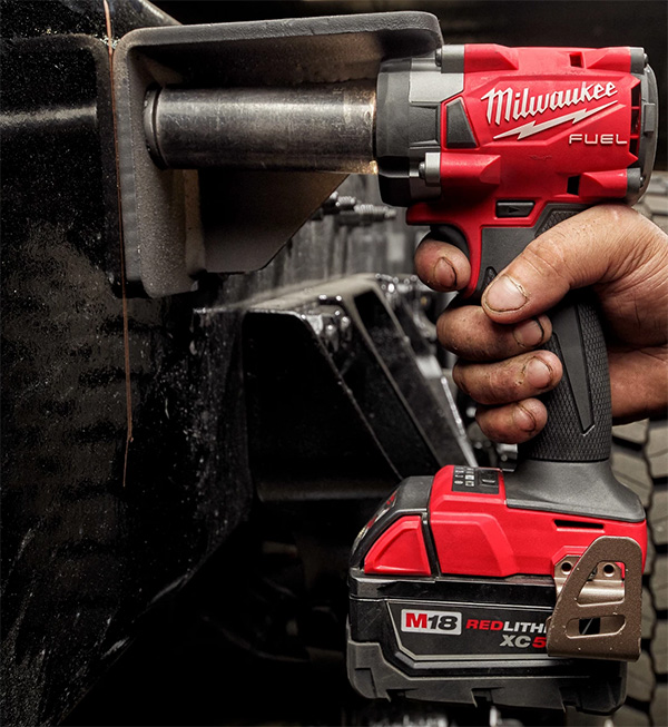 Milwaukee M18 Fuel Compact Impact Wrench 2854 in Tight Space
