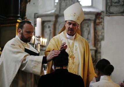Leerilapsi õnnistab peapiiskop Urmas Viilma ja koguduse õpetaja Arho Tuhkru