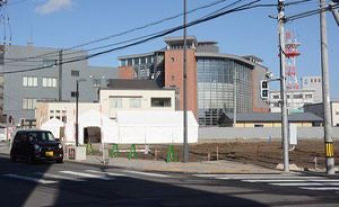 新ミュージアムが整備される元銀行支店用地。後方に見えるのは立佞武多の館=五所川原市大町