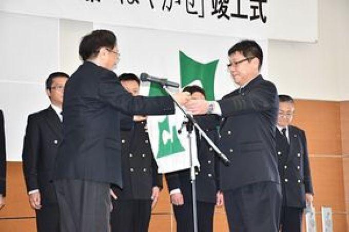 「はやかぜ」に掲揚する青森県旗を三村知事(左)から受け取る笹原船長