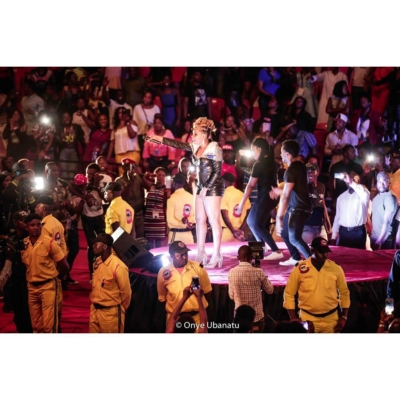 yemi-alade-performing-in-cameroon