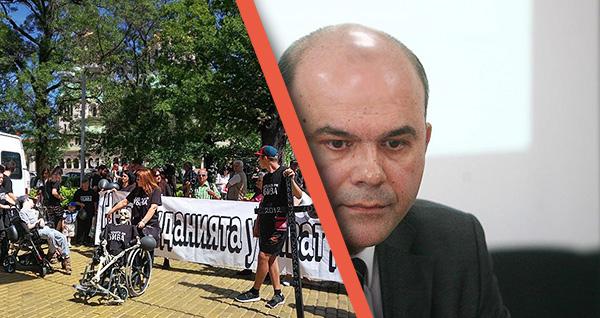 Оставката на министър Петков удължава протестите на родителите на деца с увреждания