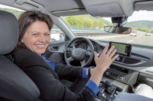 Bayerns Wirtschaftsministerin Ilse Aigner im selbstfahrenden Audi A7 auf der Autobahn A9 - Fotos: Audi AG