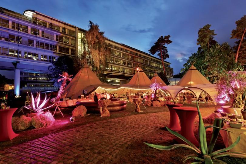 Der Eventgarten des Kongresshotels Potsdam am Templiner See mit den fünf großen Tentipi-Zelten – Foto: Hagen Immel