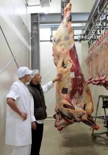 Matthias Kleber ordert bei der Hakenberger Fleisch GmbH nur halbe oder ganze Tiere