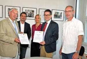 Andreas Baumgart, Direktor des LVwA Berlin, und Dr. Helmut Kesler, Vorstandmitglied der ZÄK Berlin, präsentieren die gemeinsame Erklärung.