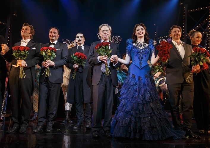 Starkomponist Andrew Lloyd Webber inmitten der Darsteller auf der Bühne beim Schlussapplaus der Deutschlandpremiere des Stage Musicals LIEBE STIRBT NIE - PHANTOM II im Stage Operettenhaus in Hamburg./ Photo: Stage Entertainment/ Morris Mac Matzen