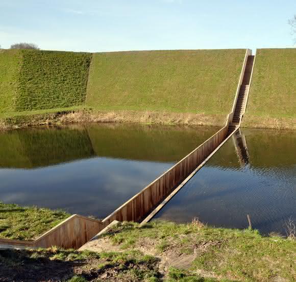escada sobre ponte holanda