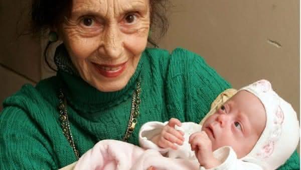 Adriana Iliescu e seu bebe