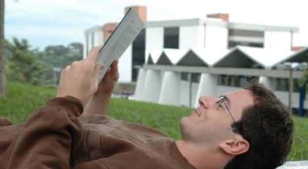 homem le livros
