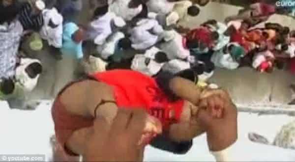 Arremesso de Bebe india entre as mais agonizantes praticas religiosas