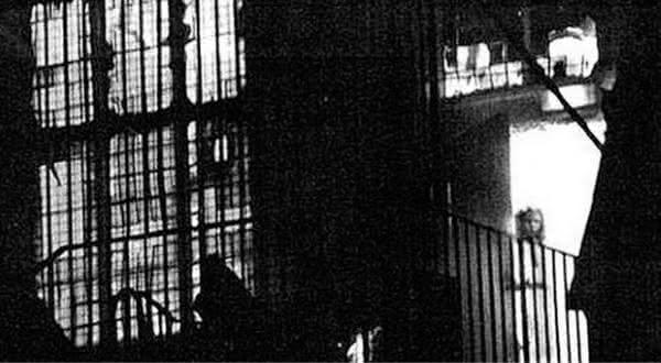 Jovem Garota na Casa em Chamas entre as fotos de fantasma mais famosa
