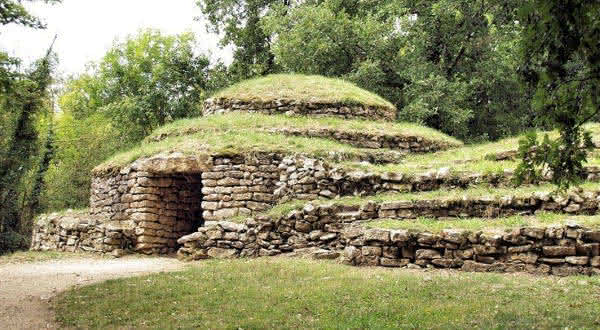Necropolis of Bougon entre as construcoes mais antigas do mundo