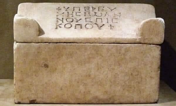 Relicario em Forma de Sarcofago entre as relíquias mais misteriosas do mundo