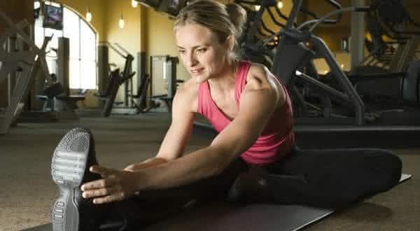 alongar antes do treino entre os mitos mais comuns em academias