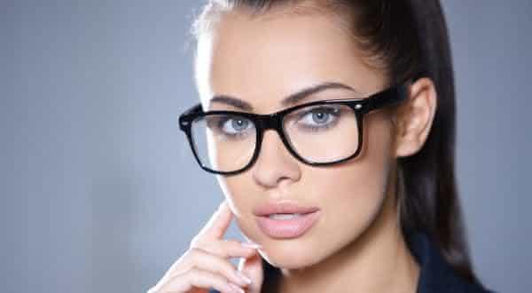oculos de armacao grossa entre as coisas que os homens acham incrivelmente sexy na mulher