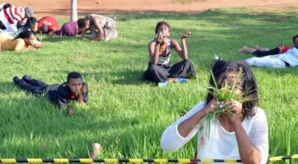 comer grama entre as coisas bizarras feitas em nome da religiao