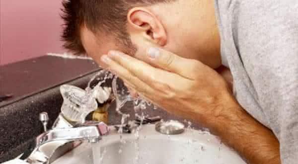 lavar rosto entre os mitos e equivocos relacionado a acne