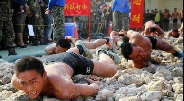rastejando em pedras entre os exercicios militares extremos
