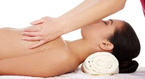 massagem entre as maneiras de aumentar naturalmente os seios
