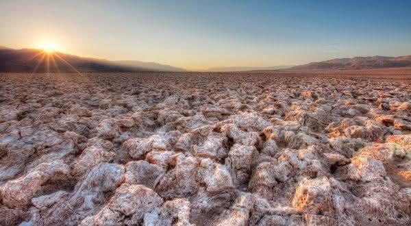 Devils Golf Course entre os desertos de sal mais incriveis do mundo