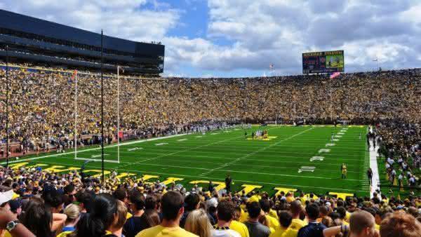 US College Football Division I FBS entre os torneios esportivos com maior media de publico do mundo
