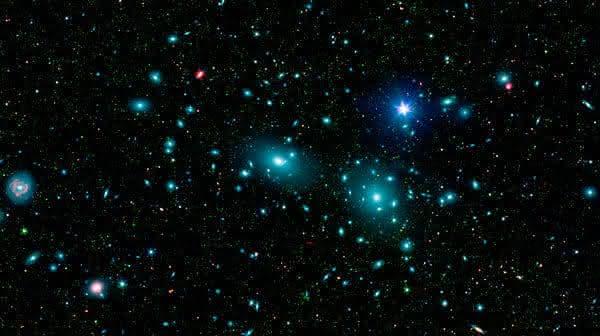 NGC 4874 entre as maiores galaxias do universo