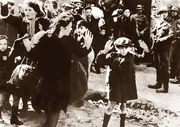Rapaz judeu se rende em Varsovia entre as fotos mais influentes de todos os tempos