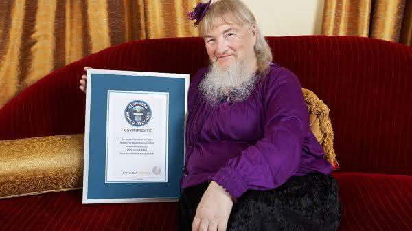 Vivian Wheeler entre as barbas mais longas do mundo