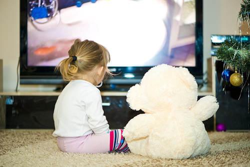 Estar sentado demasiado cerca de la pantalla del televisor duele la vista