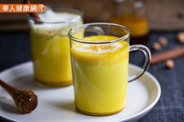 女性生理期報到,泡杯薑黃熱牛奶飲用,有助緩解經痛不適。