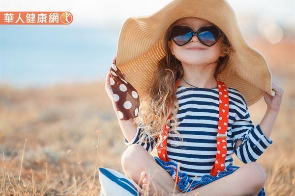 夏天挑選帽子要把握住「遮蓋範圍大」和「散熱快」2大重點,大圓草帽便是適合的選擇之一。
