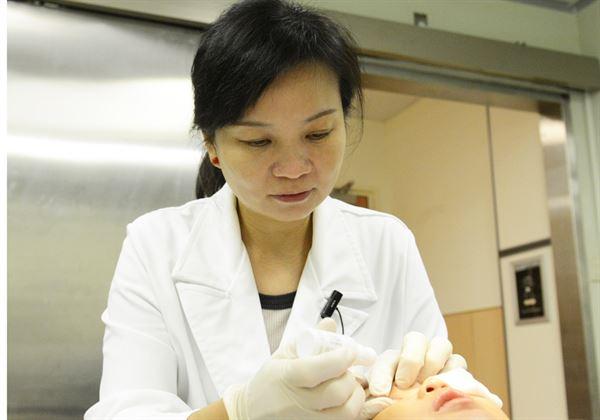 沈姵妤醫師(如圖)指出,毛囊蠕形螨蟲有8隻腳,免疫力弱的人較容易罹患。(圖片提供/台北慈濟醫院)