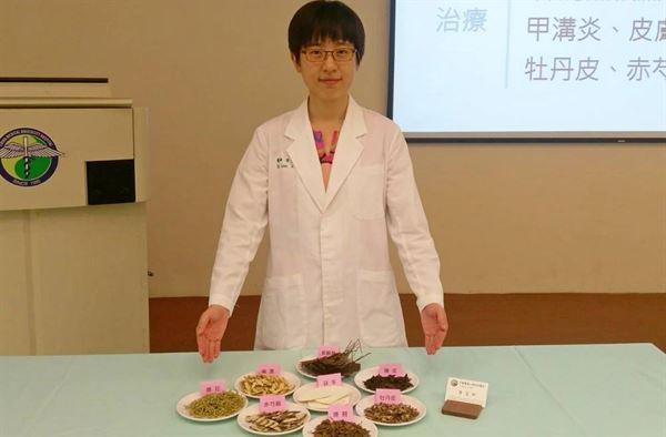 李艾玲中醫師表示,癌友若在療程中適當搭配中醫治療,可減輕相關副作用,也能增進治療效果。(圖片提供/中國附醫)