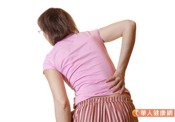 現年77歲的王老太太日前於半夜上廁所時滑倒,導致下背嚴重疼痛,在受傷後讓她動彈不得,只能臥床休息,即使躺在床上稍作翻身也痛苦難耐。(圖片僅為示意,非事件當事人)