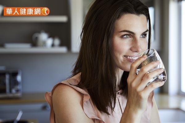 每天應該喝多少水的建議各不相同,但至少要飲用 1800 毫升的水