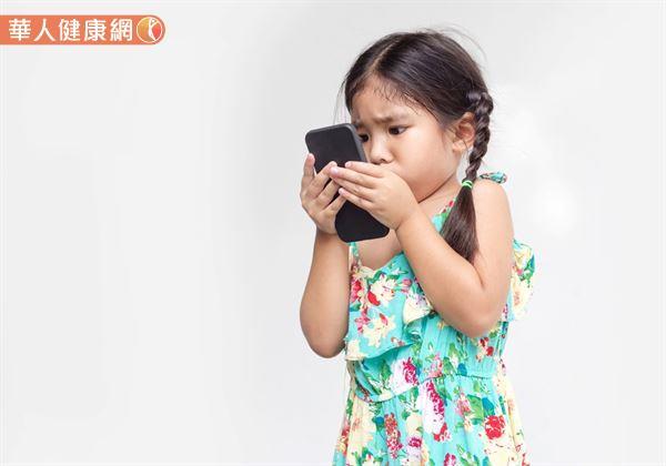 長時間近距離用眼,智慧型手機儼然已成為兒童近視的隱形殺手。