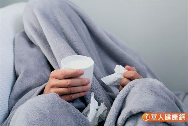 網路盛傳:「感冒、喉嚨卡卡喝牛奶,會讓痰變更多」的說法,但真有這一回事嗎?