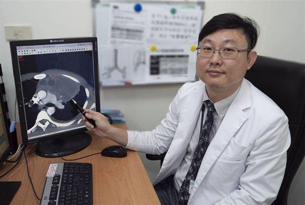 雙和醫院外傷科張統優主任表示,該男大生經診斷為前縱膈生殖細胞腫瘤,病理切片為精原細胞瘤,是性腺外生殖細胞瘤,等同男性的睪丸癌。(圖片/雙和醫院提供)