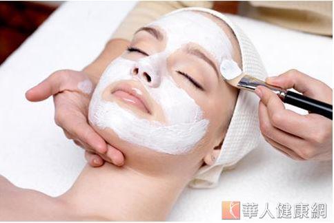 幫肌膚打造強力防護罩,活化肌膚並給予氧份滋養,幫肌膚打造強力防護罩,才能有效避免紫外線、髒汙、輻射等物質的干擾、傷害,擁有清透好氣色。