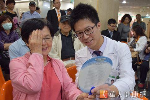 眼科許詠瑞醫師(如圖)教導民眾如何視力檢測,防止眼睛病變。(攝影/張世傑)
