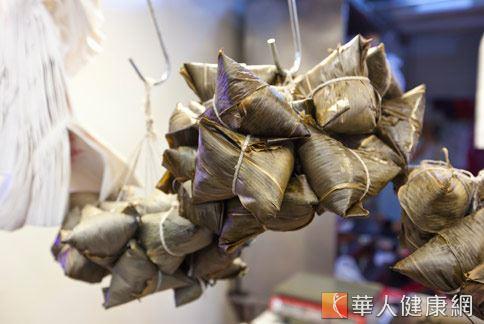 市售傳統粽子多屬高油脂、高熱量及缺乏膳食纖維的食物,多吃容易發胖。(圖片/華人健康網資料照片)