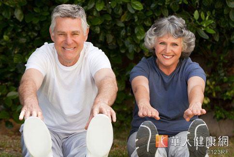 家中有長期臥床、行動不便的長者嗎?在床上或輪椅上也可以做些簡單的運動,幫助減少骨鬆機率喔!